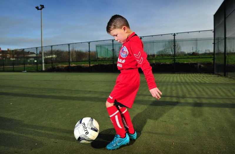 Duo Manchester sedang berebut tanda tangan dari bocah berusia lima tahun